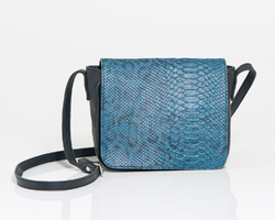 Dory bag in black leather and flap in blue lizardprint